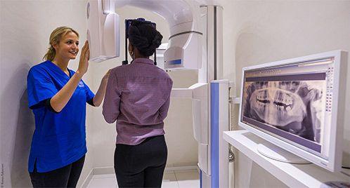 Le Dr Cohen examinant un patient à Paris | Dr Cohen